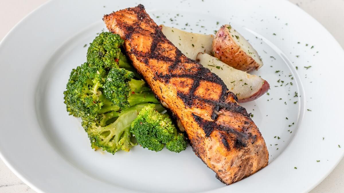 Rekomendasi Menu Makan Malam Sehat Yang Simple Buat Keluarga Salmon Dan Brokoli Panggang